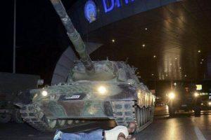 Esta foto pasará a la historia como ejemplo de resistencia civil. Foto:AP. Imagen Por: