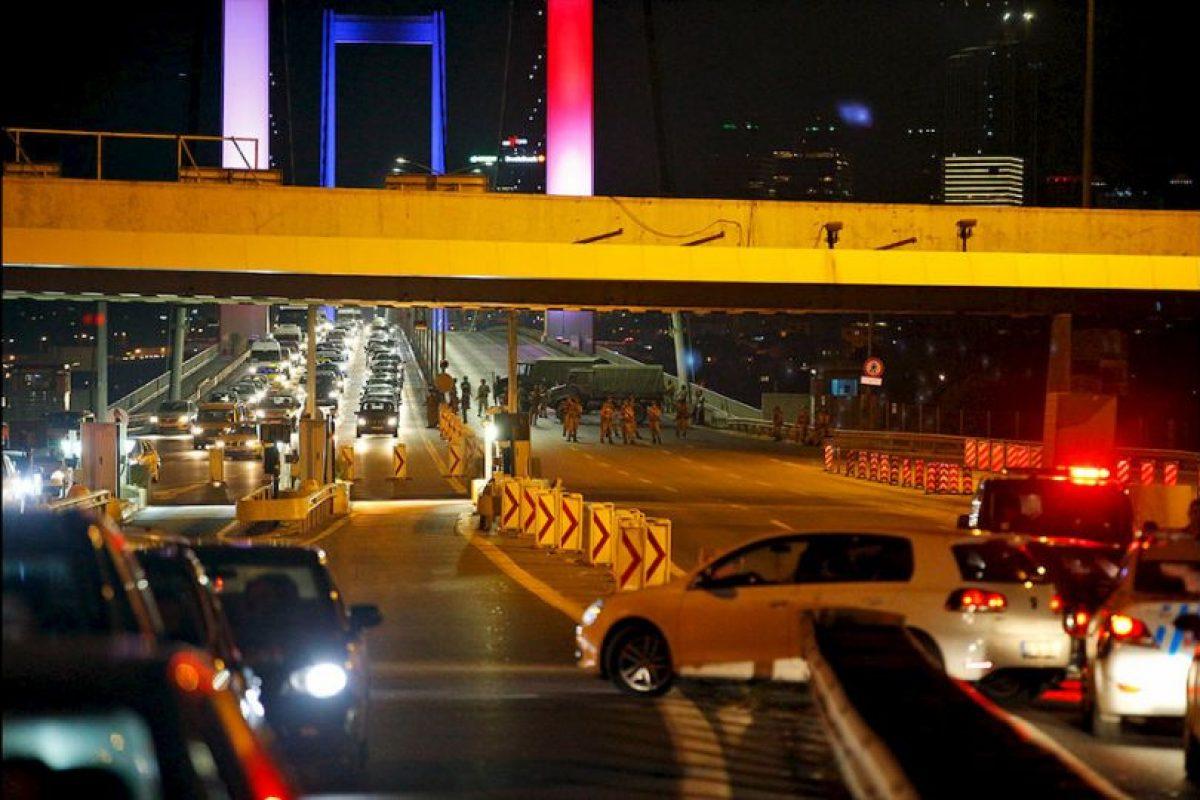 Un grupo de militares se sublevó y asegura tener el control del Gobierno de Turquía. Foto:AP. Imagen Por: