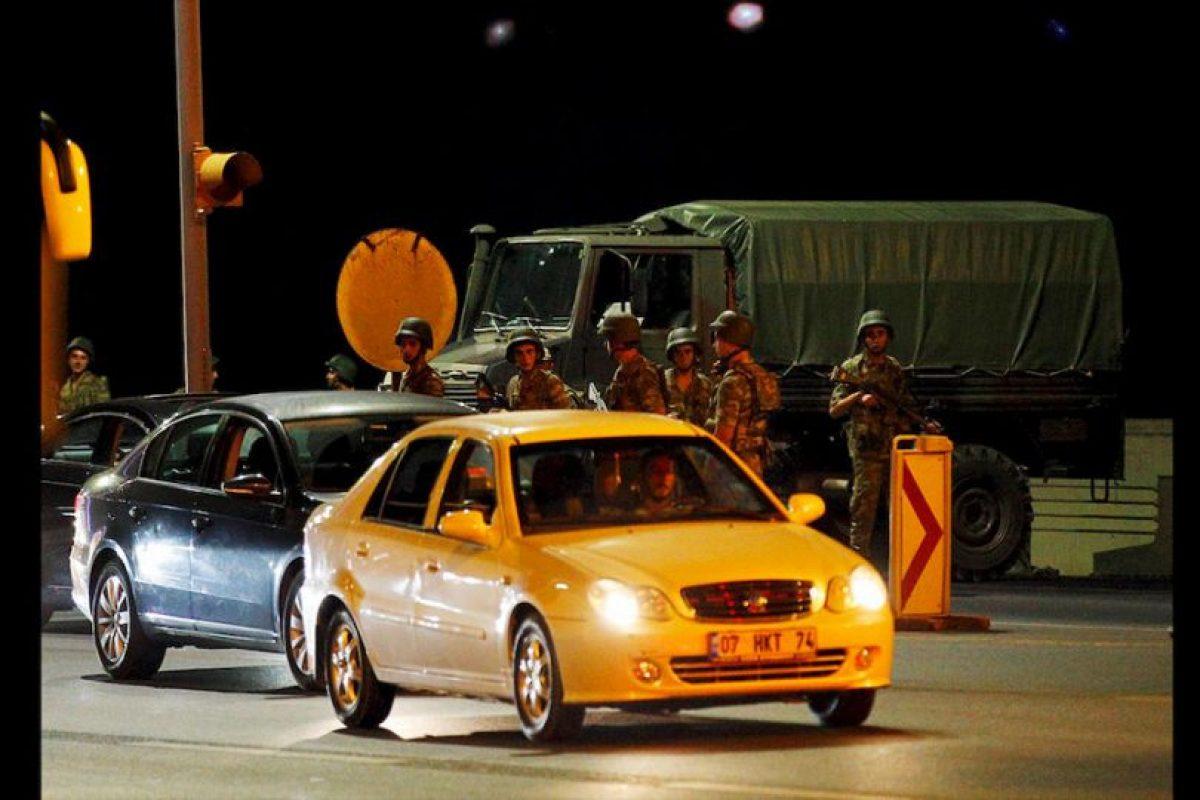 """El primer ministro del país, Binali Yildirim, confirmó el intento de Golpe de Estado, pero asegura que su gobierno aún tiene el control y que instruyó a los militares leales a hacer """"todo lo necesario"""" para poner un alto a la sublevación militar. Foto:AP. Imagen Por:"""