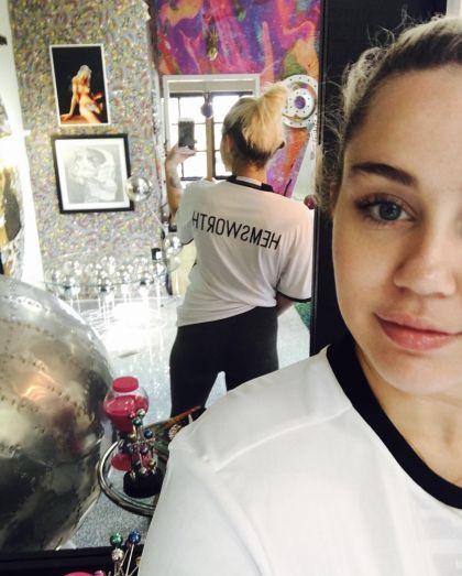 Miley luce más feliz que antes y muestra de ello es este selfie con una camiseta que lleva el apellido Hemsworth