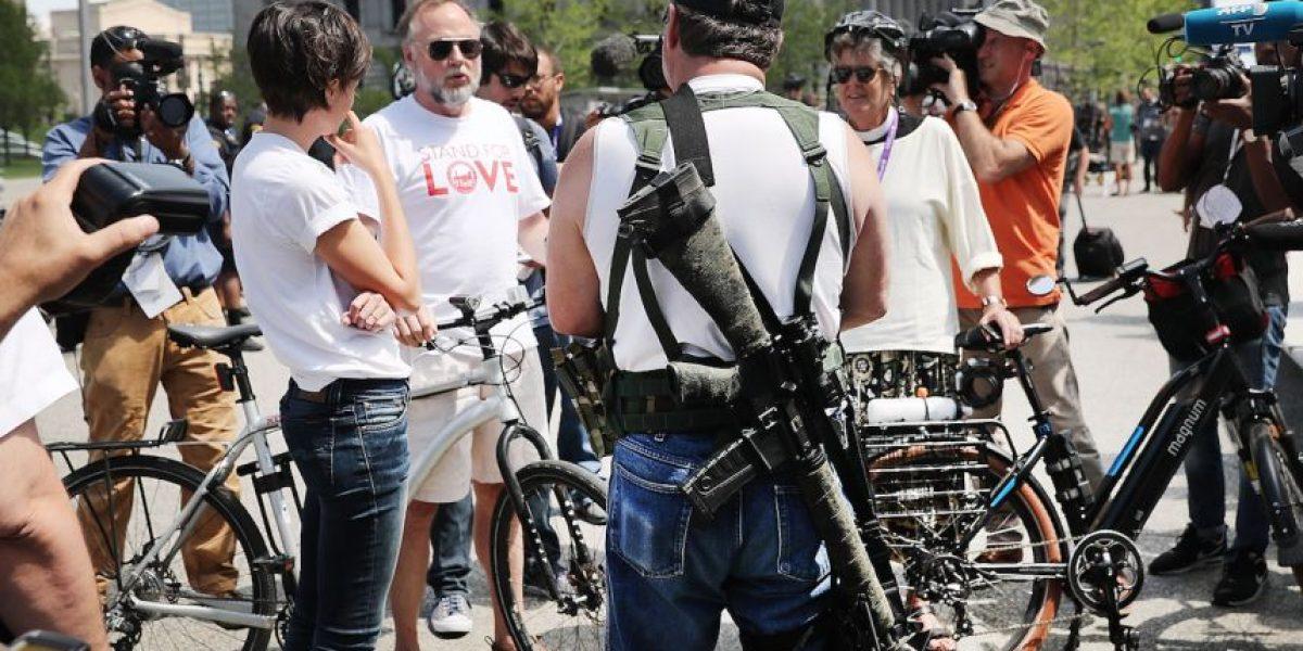 EEUU: un hombre con un rifle defiende su derecho a portar armas durante la Convención Republicana