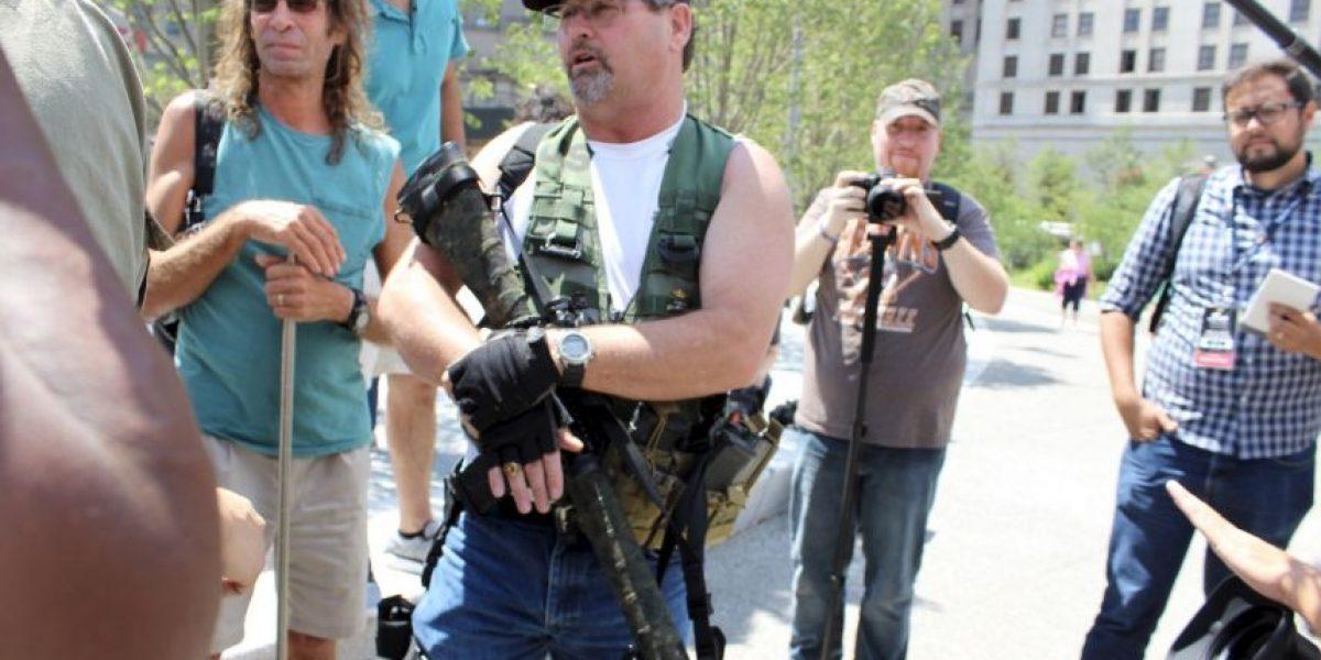 Con un rifle hombre protestó afuera de Convención de Donald Trump