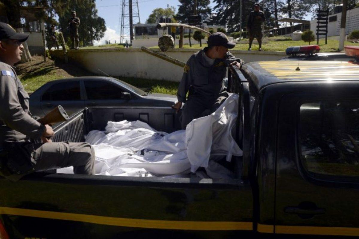 Los cuerpos cuando son retirados de la cárcel. Foto:AFP. Imagen Por: