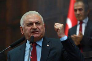 Binali Yildrim, primer ministro turco, mientras se dirigía al Parlamento este lunes. Foto:AFP. Imagen Por: