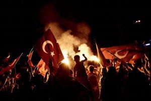 Un grupo de personas a favor de Erdogan se manifestaron en la plaza Taksim de Estambul este lunes. Foto:AFP. Imagen Por: