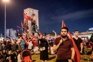 Partidarios del presidente turco Erdogan, reunidos en la plaza Taksim de Estambul, se manifiestan en favor el gobierno. Foto:AFP. Imagen Por: