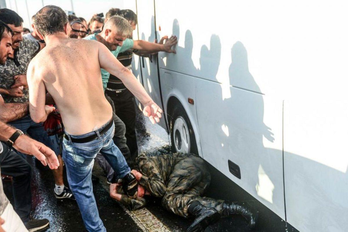Partidarios de Erdogan golpean a un soldado golpista. Foto:AFP. Imagen Por: