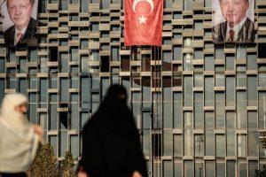 El Centro de Cultura Ataturk de Estambul, Turquía, con la bandera del país y las imágenes del presidente Erdogan. Foto:AFP. Imagen Por: