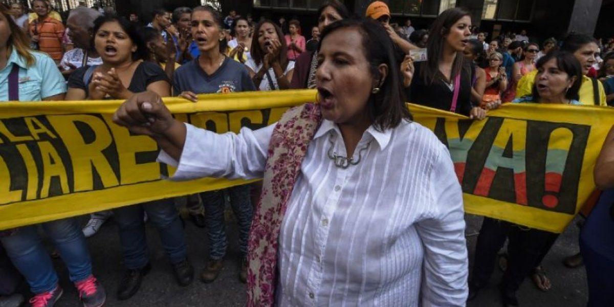 Más de 1.000 funcionarios despedidos en Venezuela por firmar contra Maduro