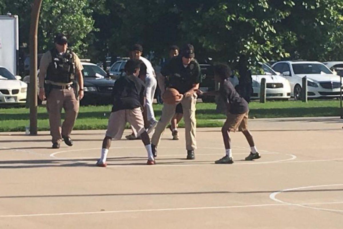 Jugaron básquetbol Foto:Facebook.com/WichitaPolice. Imagen Por:
