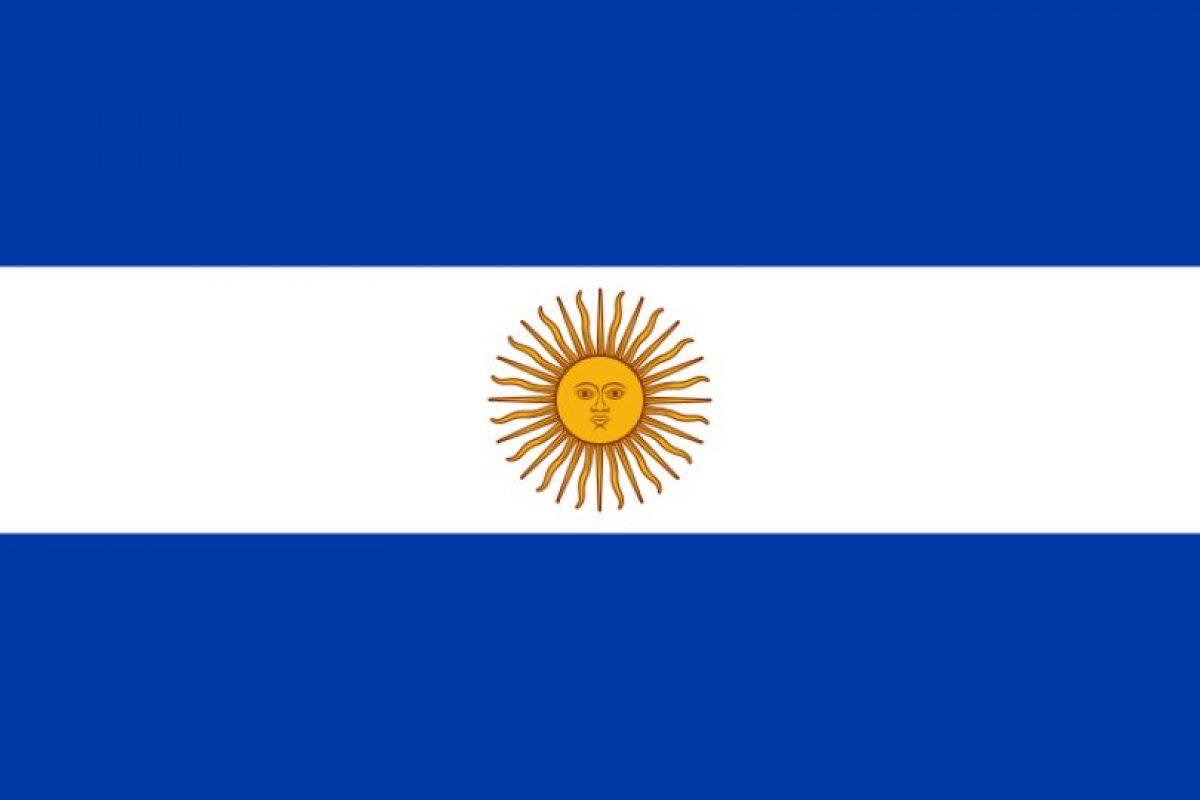 """4. En 1818 se suma el llamado """"Sol de Mayo"""" al centro de la bandera y el color celeste a ser azul.. Imagen Por:"""