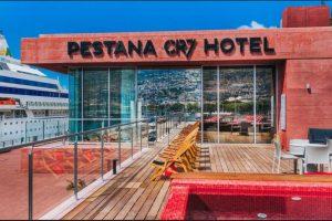 La piscina en la azotea con vista al muelle es una de las características destacables del hotel Foto:Sitio web Pestana CR7. Imagen Por:
