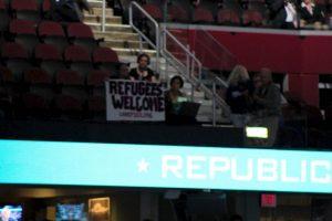 Una asistente a la Convención Nacional Republicana protestó durante la sesión y pidió que se dieran la bienvenida a los refugiados. Foto:Publimetro. Imagen Por: