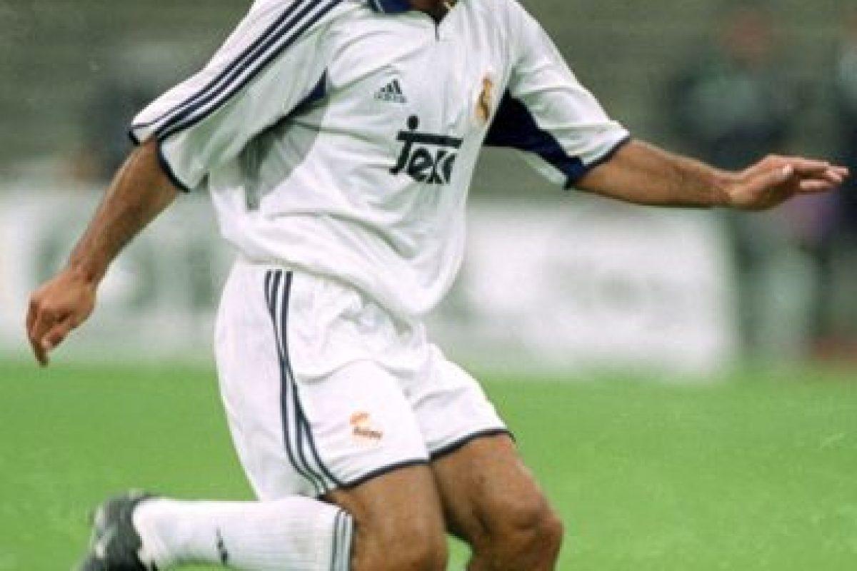 15. Luis Figo. Real Madrid pagó 60 millones de euros al Barcelona en 2000 Foto:Getty Images. Imagen Por: