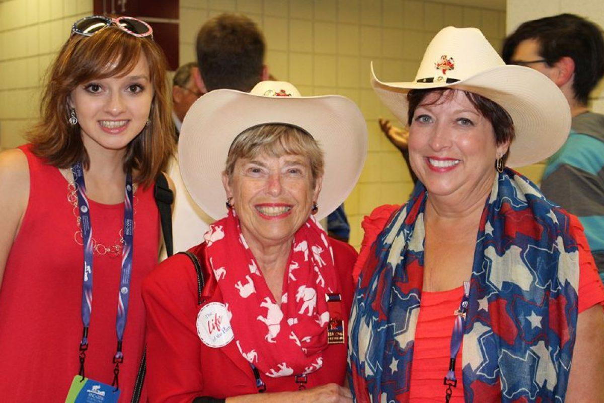 Y hasta familias enteras portaron un sombrero. Foto:Publimetro. Imagen Por: