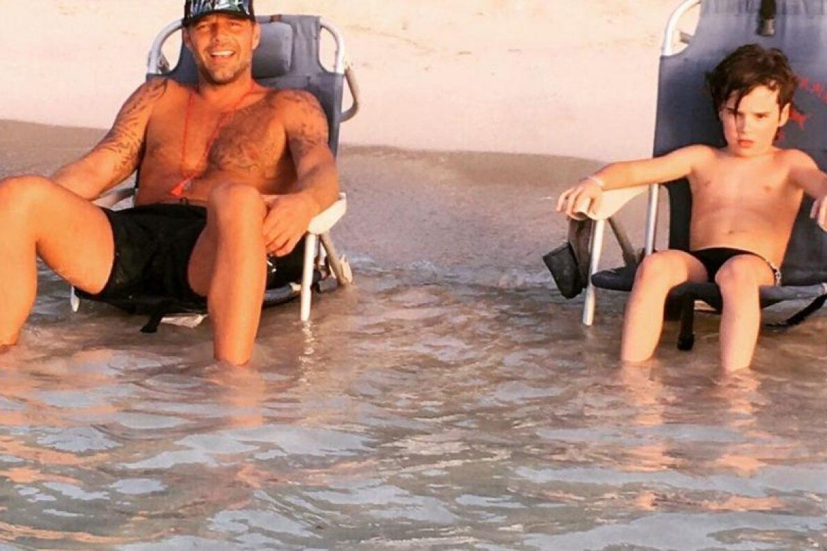Padre e hijo en la playa Foto:Instagram/@rickymartin. Imagen Por: