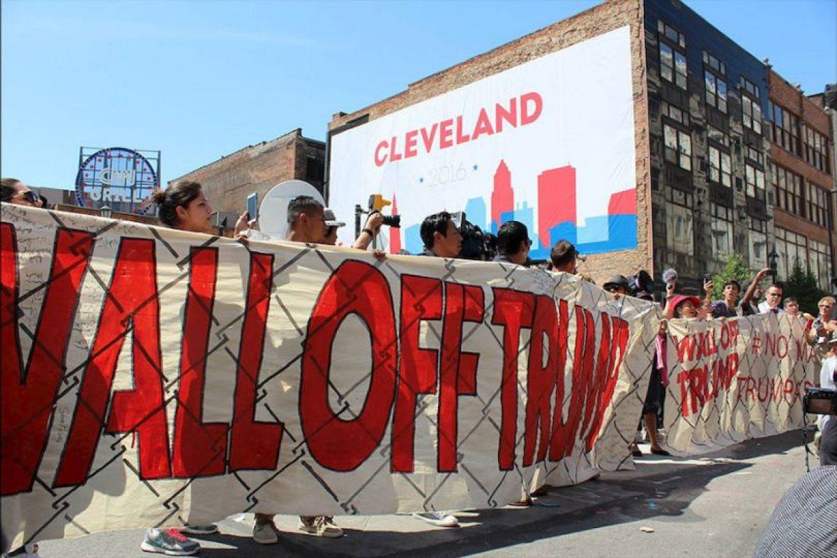 Decenas de latinos llevaron un muro simbólico a la sede de la Convención Nacional Republicana. Foto:Publimetro. Imagen Por: