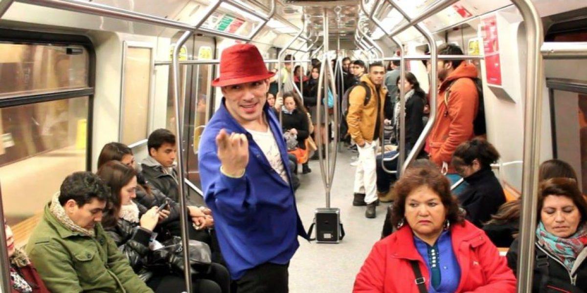 El bailarín del metro de Santiago que le rinde tributo a Michael Jackson