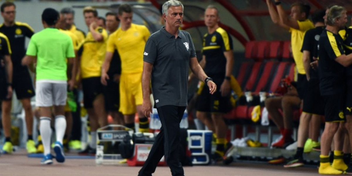El amor llegó a su fin: Mourinho se negó a autografiar camiseta del Chelsea