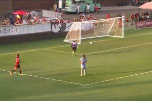 El arquero de Minnesota United FC intentó sacar el balón, pero la envió a su propio arco Foto:Captura de pantalla. Imagen Por: