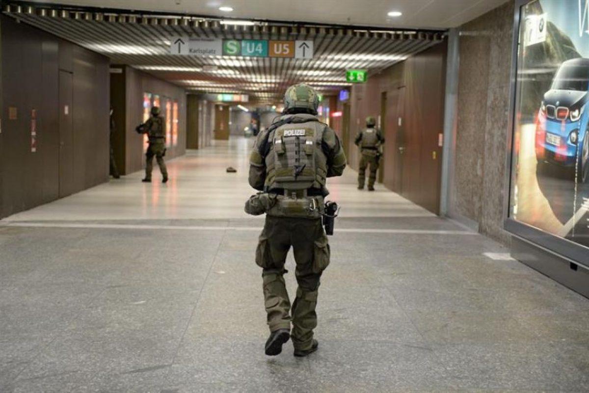 Nueve muertos y 16 heridos, tres muy graves, dejó el tiroteo en un gran centro comercial de Múnich (sur de Alemania), según la policía local, acto cometido por un joven germano-iraní de 18 años de la capital bávara, que se suicidó. Foto:Efe. Imagen Por: