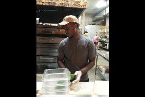 Su historia llamó tanto la atención que una pizzería local le ofreció un trabajo y varios policías ofrecieron pagar dos noches de hotel para que no durmiera en la calle. Foto:DEBRA ADAMSON. Imagen Por: