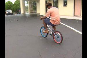 Fred Barley viajo una distancia de aproximadamente 80 kilómetros sobre una bicicleta infantil para poder asistir a la universidad en el estado de Georgia, Estados Unidos. Foto:Reproducción WSB-TV ATLANTA. Imagen Por: