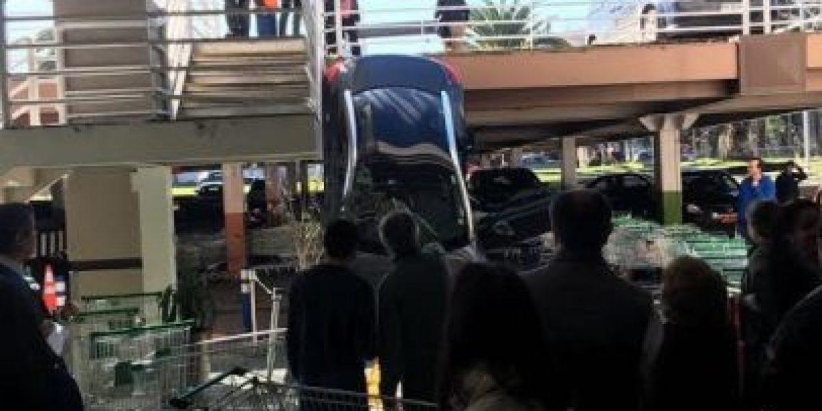 Conductor resultó lesionado: vehículo cayó desde estacionamiento de supermercado