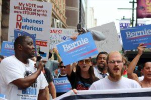 Simpatizantes de Bernie Sanders tomaron las calles del centro Philadelphia para protestar contra Hillary Clinton. Foto:Publimetro. Imagen Por: