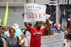 Los manifestantes afirman que su voto fue robado cuando Sanders endosó a Clinton. Foto:Publimetro. Imagen Por: