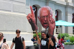 Los simpatizantes de Sanders no están resignados a que haya abandonado la contienda. Foto:Publimetro. Imagen Por: