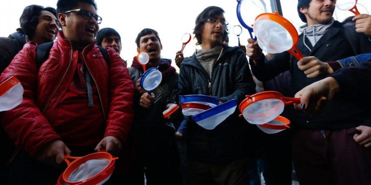 Estudiantes protestan con coladores afuera del Mineduc tras dichos de ministra Delpiano