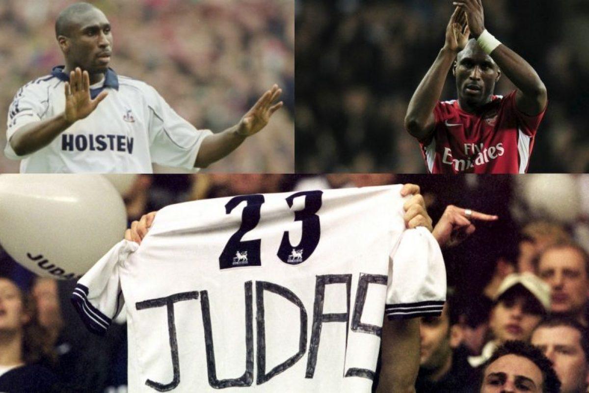 En Inglaterra también, Sol Campbell fue tratado de Judas por los fanáticos de Tottenham. El defensor hizo gran parte de su carrera en los Spurs y estuvo nueve años defendiendo la camiseta del club que lo formó como jugador, pero en 2001 tomó la decisión de irse al archirrival Arsenal. Una traición nunca perdonada Foto:Getty Images. Imagen Por: