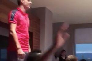 En medio de una cena del equipo, el jugador tuvo que pararse frente al resto del plantel y cantar Foto:Captura de pantalla. Imagen Por: