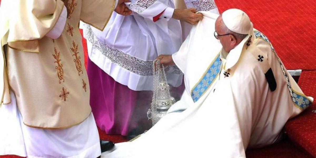 La fuerte caída del papa Francisco durante misa en Polonia