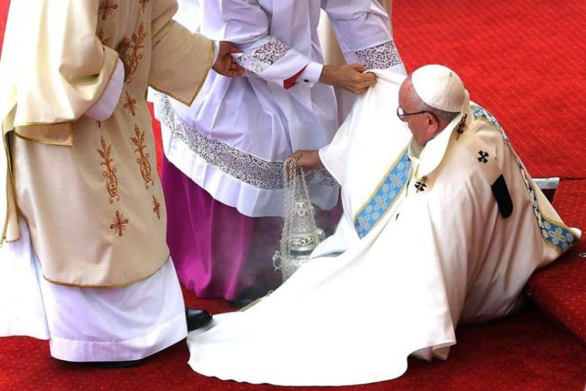 Francisco cayó de un escalón mientras se dirigía al altar y tuvo que ser levantado por un grupo de religiosos que lo asistían, tras lo cual prosiguió la celebración sin problemas. Foto:Efe. Imagen Por: