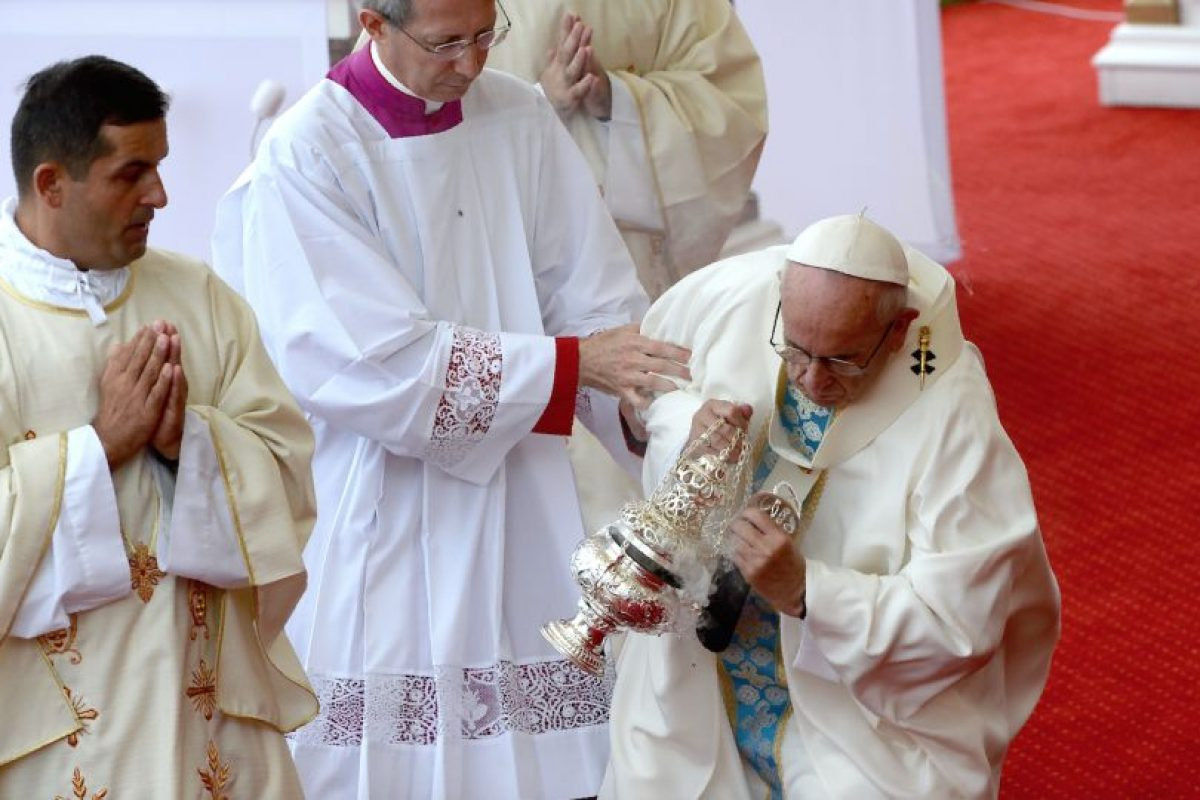 Francisco cayó de un escalón mientras se dirigía al altar y tuvo que ser levantado por un grupo de religiosos que lo asistían, tras lo cual prosiguió la celebración sin problemas. Foto:Afp. Imagen Por: