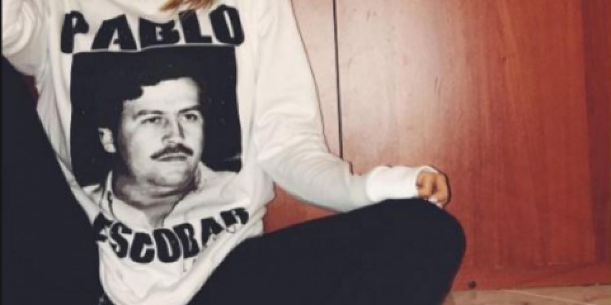 Alcalde hace que reggaetonero J. Álvarez se quite camiseta de Pablo Escobar