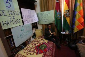 Félix Patzi, en las dependencias de la gobernación, donde realiza la huelga. Foto:EFE. Imagen Por: