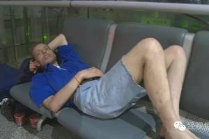 Alexander durmió en un sillón en el aeropuerto Foto:Weibo.com. Imagen Por:
