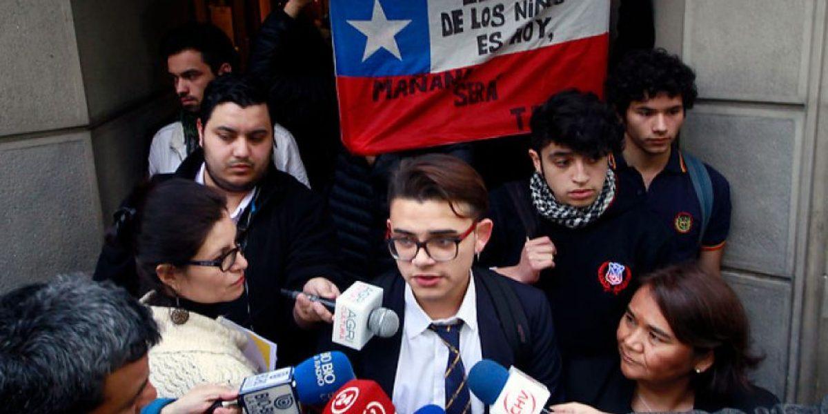 Estudiantes de la Cones se toman las oficinas del Sename en señal de protesta