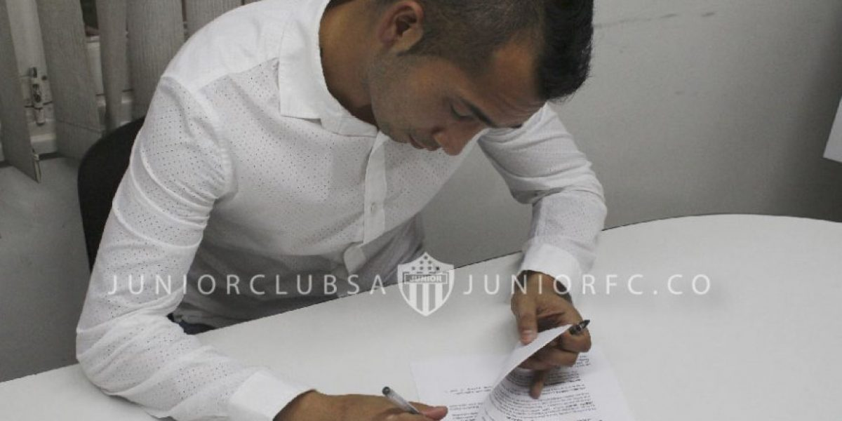 Junior oficializa a Sebastián Toro y aclara que su contrato es solo por seis meses