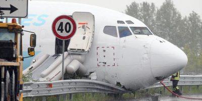 Italia: emergencia por avión que se salió de pista de aterrizaje y terminó en la carretera