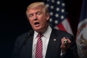 """Donald Trump sostiene el """"Corazón Púrpura"""" en su mano, la condecoración de las Fuerzas Armadas de Estados Unidos para los que han resultado heridos o muertos en batalla. """"Qué fácil fue obtenerla"""", dijo cuando la recibió de un veterano de guerra hace unos días. Foto:AFP. Imagen Por:"""