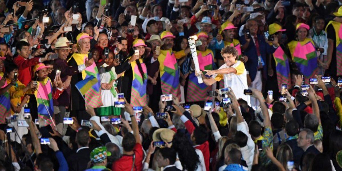 El ex maratonista Vanderlei da Lima sorprendió encendiendo la llama que dio inicio a Rio 2016