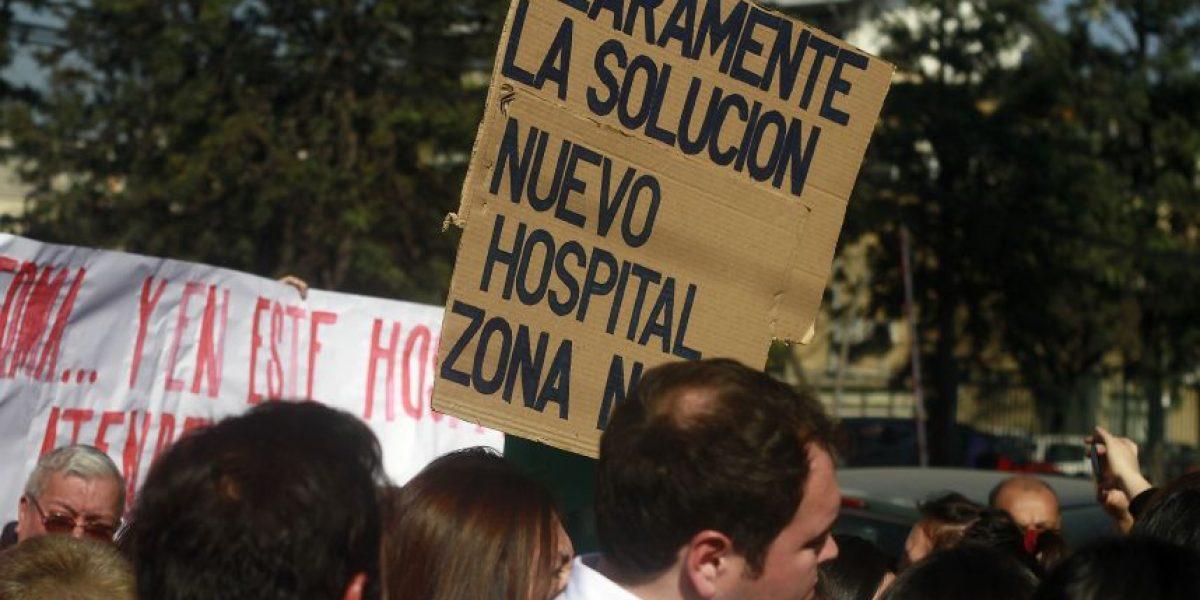 Hospital San José: usuarios y trabajadores se dirigen a La Moneda exigiendo mejoras tras colapso del servicio