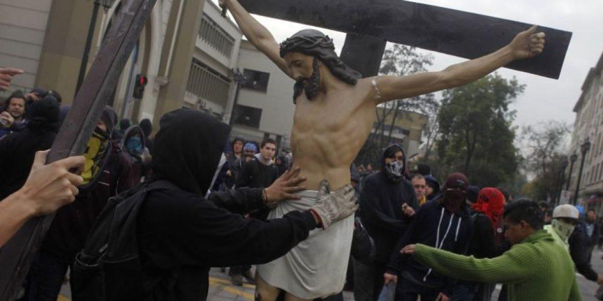 Formalizan a detenido por atacar iglesia de Gratitud Nacional: queda con prohibición de ir a marchas