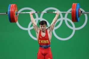 Con sólo 1.Michael Phelps se sigue vistiendo de dorado56 metros de estatura, Long Qingquan se hizo más fuerte que todos para ganar el oro en la categoría 56 kilos en el levantamiento de pesas. Foto:Getty Images. Imagen Por: