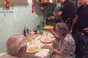 Asistieron a la pareja de ancianos y prepararon una cena improvisada Foto:facebook.com/questuradiroma. Imagen Por: