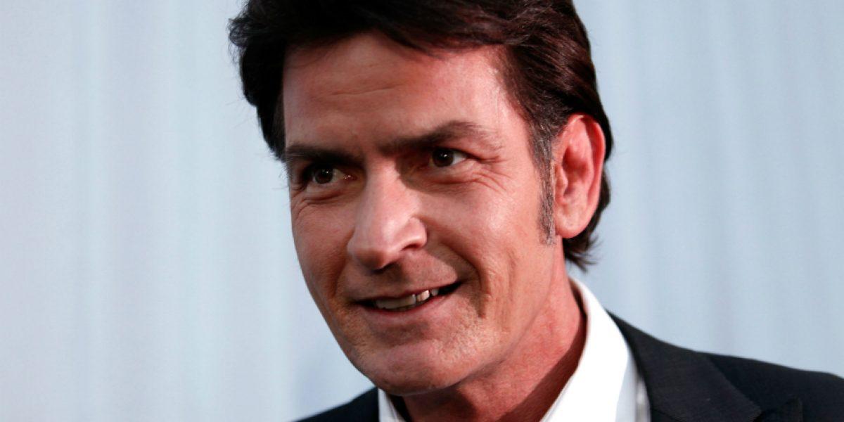 Actor Charlie Sheen invita a otros famosos a revelar si tienen VIH